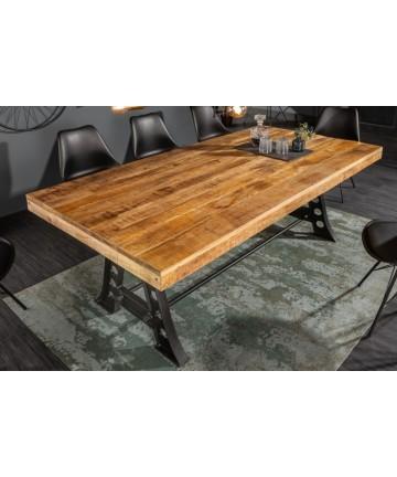 Masywny stół w stylu industrialnym