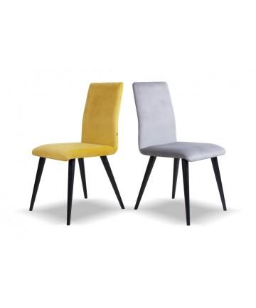 Wygodne krzesło z czarnymi nogami